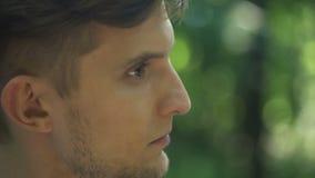 Homosexueller schauender Partner mit Liebe, Mann, der sich weg, Sozialvorurteil, Entscheidung dreht stock footage