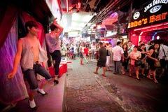 Homosexueller Stab auf gehender Straße in Pattaya Lizenzfreies Stockbild