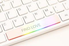 Homosexuellt online-datera begrepp Vitt tangentbord med regnbågeknappen och en inskriftfyndförälskelse arkivbild
