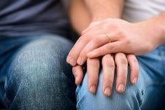 Homosexuels affectueux s'asseyant sur le sofa Image libre de droits