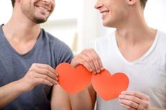 Homosexuels affectueux s'asseyant sur le sofa Photos libres de droits