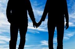 Homosexuels heureux de silhouette tenant des mains Images libres de droits