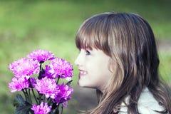 Hon älskar blommor Arkivbilder