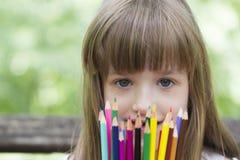 Hon älskar för att dra och färga med färgpennor royaltyfri fotografi