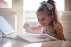 Hon älskar för att lära och läsa arkivfoto