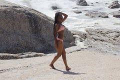 Hon älskar stranden Arkivbild