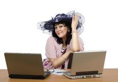 Hon är ägaren av online-datummärkningbyrån royaltyfria bilder