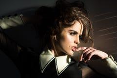 Hon är egentligen gullig Tappningkvinna med makeup, klassisk stil lockigt elegantt flickahår Modekvinna med makeup in arkivbilder