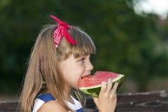 Hon äter en vattenmelon Royaltyfria Foton