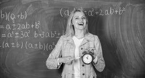 Hon att bry sig om disciplin studytid till Välkommet lärareskolår Se hängivna det kvalificerade lärarekomplementet royaltyfria foton