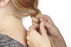 Hon flätar hennes flickvän en råttsvans in i håret Royaltyfri Foto