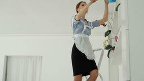 Hon gör ren dammet i hotellet och dansen arkivfilmer
