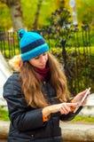 Hon håller ögonen på nyheterna på internet Royaltyfri Foto