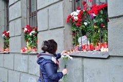 Hon kom med nya blommor till offren av terroristattacken Royaltyfri Fotografi