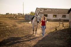 hon leder en häst Arkivfoton