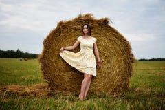 Hon lyftte hennes klänning i en höstack Royaltyfria Bilder