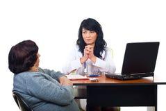 hon lyssnar patient allvarliga läkareproblem Royaltyfria Bilder