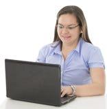 Hon skriver på hennes dator Fotografering för Bildbyråer