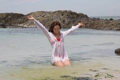Hon som är lycklig, förlägger Royaltyfria Bilder