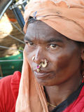 hon ståenden poserar den stam- kvinnan Fotografering för Bildbyråer