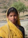 hon ståenden poserar den stam- kvinnan Arkivbild
