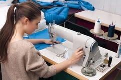 Hon syr på symaskinen Royaltyfria Bilder