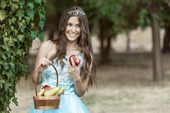 Hon tycker om det fria och de underbara frukterna arkivbild