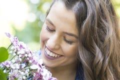 Hon tycker om egentligen blommor Royaltyfri Bild
