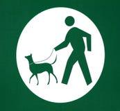 Hond die op het Teken van de Leiband loopt Stock Fotografie