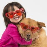 Hond door kind wordt gekoesterd dat Royalty-vrije Stock Foto