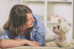 Hond en eigenaar op de bank in huis stock foto's