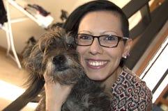 Hond en meisje in voorgrond Stock Fotografie
