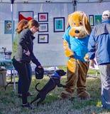 Hond het Aanvallen Mascotte de Jaarlijkse Roanoke-Jager van de Valleispca 5K Staart royalty-vrije stock afbeeldingen