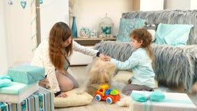 Hond het spelen met kinderen in speelgoed stock footage