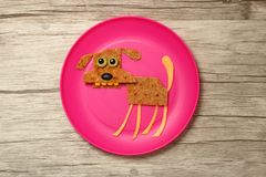 Hond met voedselingrediënten wordt gecompileerd op plaat en raad die Royalty-vrije Stock Fotografie