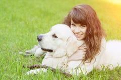 Hond opleiding Meisje met retriever het spelen in het park Vrouw wal stock afbeelding