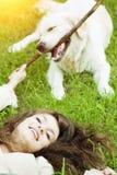 Hond opleiding Meisje met retriever het spelen in het park Vrouw wal royalty-vrije stock fotografie