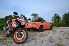 Honda CBR250R en Mazda Miata royalty-vrije stock foto's