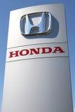Honda-het handel drijventeken tegen blauwe hemel Stock Foto's