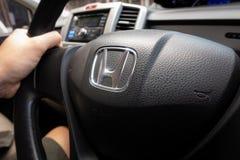 Honda a libéré le volant noir avec le logo de Honda photographie stock