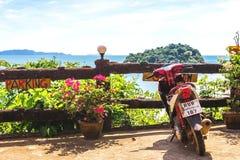 Honda motobike op het observatiepunt dichtbij exotisch strand Royalty-vrije Stock Foto