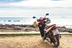 Honda motobike op het observatiepunt dichtbij exotisch strand Royalty-vrije Stock Afbeelding