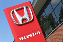 Honda-Verkaufsstellezeichen vor dem Ausstellungsraum Lizenzfreie Stockbilder