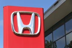 Honda-Verkaufsstellezeichen vor dem Ausstellungsraum Lizenzfreies Stockfoto