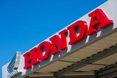 Honda wymienia z loga outside sklepem Obrazy Royalty Free