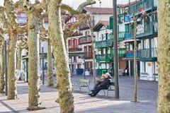 Hondarribia, Баскония, Испания; 18-18-2019 улиц красивого баскского городка, со своей типичной красочной архитектурой стоковые изображения