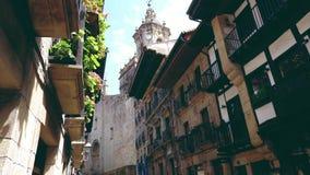 Hondarribia gamla stadstreetscapes som presenterar baskisk arkitektur stock video
