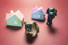 Hondbeeldjes en Toy Houses stock afbeeldingen