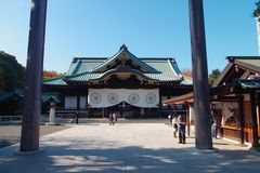 Honden o pasillo principal en la capilla de Yasukuni Imagen de archivo