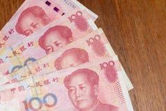 Honderd 100 Chinese Renminbi RMB of Yuan Currency Bills woei uit op de lijst stock afbeelding